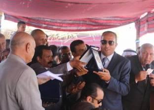 محافظ الوادي الجديد يهدي رئيس مجلس جامعة مصر للعلوم درع المحافظة