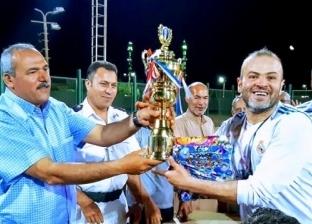 رئيس مدينة رأس سدر يسلم كأس نهائي الدورة الرمضانية للفريق الفائز