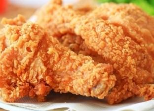 فتاة تطلب وجبة «فراخ مقلية» من مطعم شهير وتفاجأ بشيء غريب «فيديو»