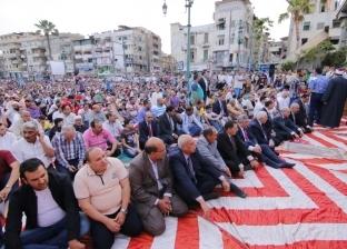 جموع المواطنين يؤدون صلاة عيد الفطر بميدان الساعة في دمياط