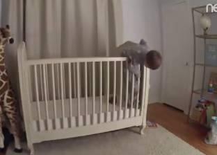 بالفيديو| أب ينقذ ابنه من السقوط في اللحظة الأخيرة