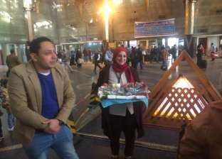 """""""السكة الحديد"""": وردة لكل أم مصرية داخل محطة مصر عرفانا بجميلها"""