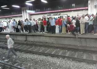 زحام على أرصفة محطات الخط الأول لمترو الأنفاق بعد تعطله