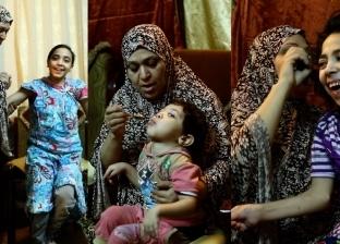 «بتطلع بيهم السابع».. معاناة «أم رحمة» مع 3 أبناء مصابين بضمور في المخ