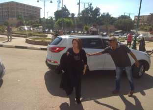 رجاء الجداوي وميرفت أمين وإلهام شاهين يشاركن في تشييع جنازة والدة يسرا