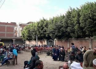 """بالصور  وقفة احتجاجية بـ""""الكراسي"""" لمنع إزالة برج محمول في كفرالشيخ"""