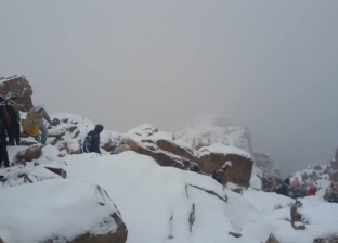 بالصور| 250 سائحا يستمتعون بتساقط الثلوج على مدينة سانت كاترين