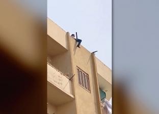 يحاول الانتحار