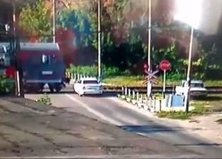 بالفيديو| لحظة حادث اصطدام مروع بين قطار وسيارة