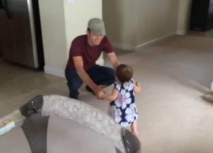 مقطع فيديو لطفلة تستقبل والدها بالأحضان يحصد 50 مليون مشاهدة