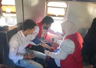فرق «100 مليون صحة» بالدقهلية تجري الفحوصات على ركاب قطار السنبلاوين