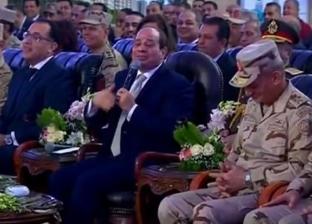 """""""بصوت مدخمس"""".. السيسي يمازح رئيس """"هندسية"""" المنطقة الشمالية بالفصحى"""