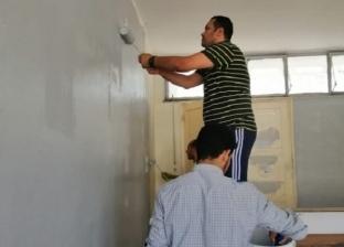 خلع البدلة وحمل عدة النقاش.. عميد هندسة المنصورة يطلي المدرج مع طلابه