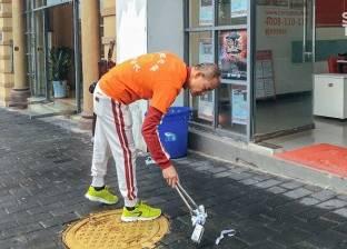 بالصور| هواية غريبة.. مليونير يقضي وقت فراغه في جمع القمامة من الشوارع