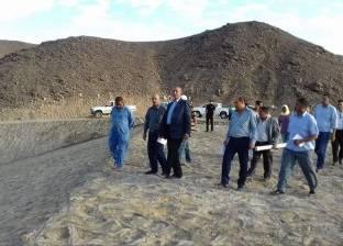 محافظ البحر الأحمر يتابع أعمال إنشاءات السدود