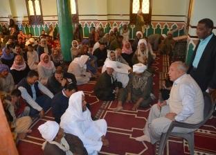 محافظ الوادي الجديد يلتقي أهالي قرية الخرطوم ويستمع إلى مطالبهم