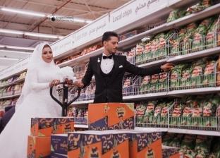"""""""فوتوسيشن"""" تسوق لعروسين يثير ضجة.. والمصور: """"الأمن اعترض والناس هنتهم"""""""