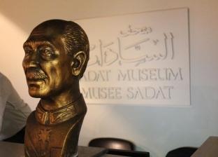 """طالب """"فنون جميلة"""" أسيوط يهدي مكتبة الإسكندرية تمثالا للسادات"""