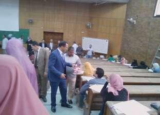 رئيس جامعة دمنهور يوزع الشيكولاتة على الطلاب خلال تفقده الامتحانات