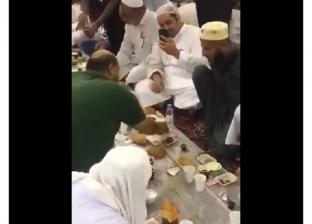 """بالفيديو  مشهد مؤثر في الحرم المكي يشعل """"تويتر"""": رحمة وإنسانية"""