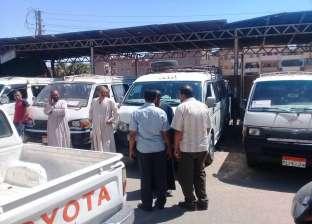 رئيس حي غرب سوهاج يتابع انتظام العمل بمواقف السيارات