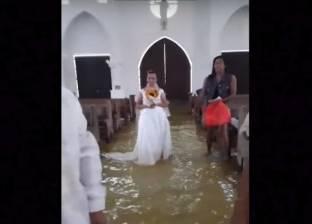 بالفيديو| زوجان يستكملان مراسم زفافهما رغم غرق الكنيسة بالمياه