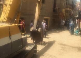إزالة عقار سكني قديم بمنطقة أبودراع بالمحلة