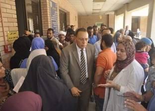 """رئيس جامعة القناة يقف بين مرضى """"المستشفى الجامعي"""" للاستماع لشكواهم"""