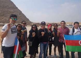 بعد انتهاء منتدى الشباب.. صديقان يصطحبان مشاركين أجانب إلى الأهرامات