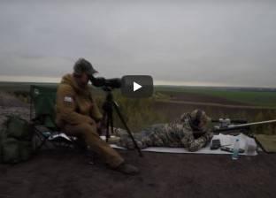 بالفيديو| على طريقة أنجلينا جولي.. قناص روسي يحطم رقما قياسيا عالميا