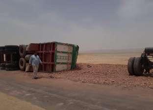 إصابة سائق في انقلاب سيارة نقل بطريق أسيوط الغربي