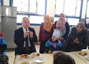 بالصور| مسئول «الجايكا» يتناول «الكشرى» مع تلاميذ مدرسة يابانية فى بنى سويف