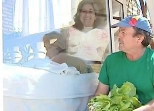 """سيدة تعيش في قفص زجاجي لمدة 13 عاما بسبب """"غسل البطاطا"""""""