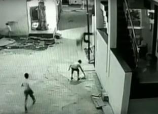 بالفيديو| طفل هندي ينقذ حياة صديقه الذي سقط من الطابق الثالث