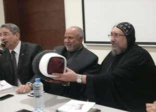"""""""قبعة وعمامة متلاصقتان"""".. شيخ وأنبا يجسدان الوحدة الوطنية بمعرض الكتاب"""
