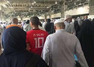 """والد مرتدي قميص """"صلاح"""" في الطواف بالكعبة: لا يوجد مخالفة شرعية"""