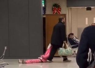 بالفيديو| لحظات سحل أب لابنته في مطار دالاس.. ورواد الإنترنت يبررون