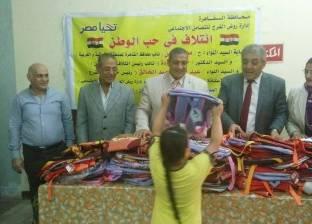نائب محافظ القاهرة يوزع شنط مدرسية على الطلاب الأيتام