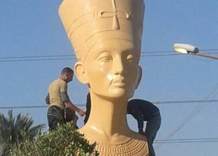 بالصور| وضع تمثال جديد لرأس نفرتيتي بمدخل مدينة سمالوط