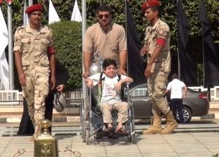 بأنبوبة أكسجين .. الطفل أحمد يشارك في احتفالات أكتوبر