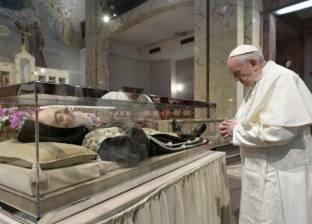 البابا فرنسيس يصلي أمام جثمان راهب يعتقد أنه صارع الشيطان