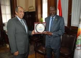الحكومة تبحث تنفيذ الربط الكهربائى والسكة الحديد مع السودان الشهر المقبل