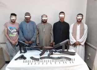 ضبط 5 أشخاص بحوزتهم أسلحة آلية خلال حملة أمنية في القوصية