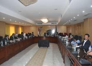 محافظ الفيوم يناقش خطط التنمية مع وفد الجامعة الأمريكية بالقاهرة