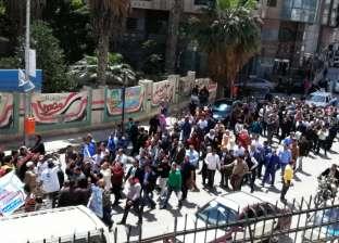 """العاملون بـ""""مياه الدقهلية"""" يتوجهون إلى لجان الاستفتاء في مسيرة حاشدة"""