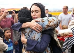 """بعد ظهورها بـ""""الحجاب"""".. زهور وأحضان """"أرديرن"""" دعما لأسر ضحايا نيوزيلندا"""