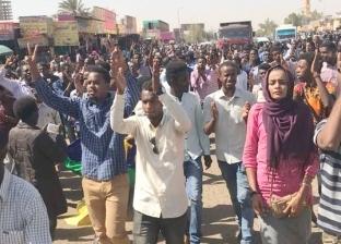 """""""الفرنسية"""": حشود ضخمة من السودانيين وسط العاصمة قبل إذاعة بيان الجيش"""