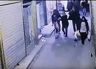 بالفيديو| لحظة تفجير إرهابي الدرب الأحمر نفسه.. أمسكه رجال الأمن فانفجر بهم