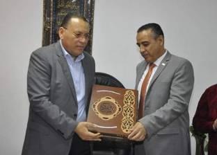 رئيس جامعة القناة يكرم المهندس محمد النساج