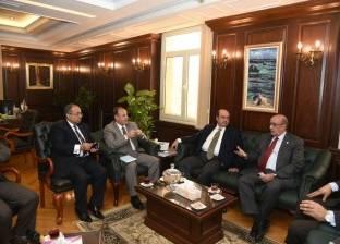 محافظ الإسكندرية يجتمع مع مسؤولي شركة بريطانية في مجال النظافة